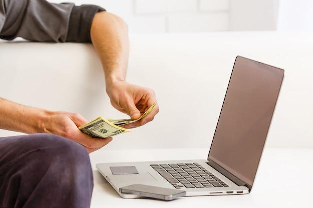 Homme d'affaires analysant les graphiques d'investissement avec ordinateur portable. comptabilité
