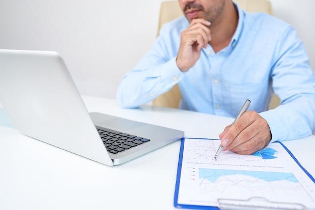 Homme d'affaires analysant les statistiques financières