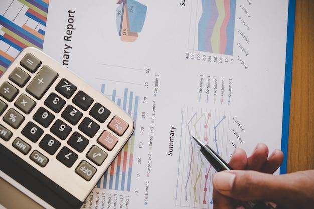 Homme d'affaires, analyse des graphiques d'investissement. comptabilité