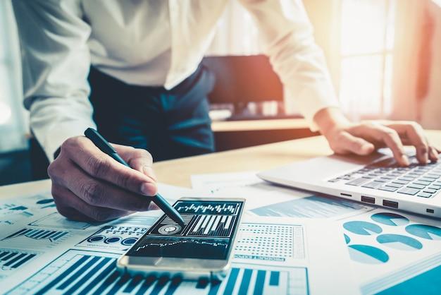 Homme d'affaires analyser les données des études de marché boursier.