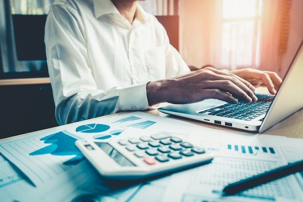 Homme d'affaires analyser les données de la recherche en bourse.