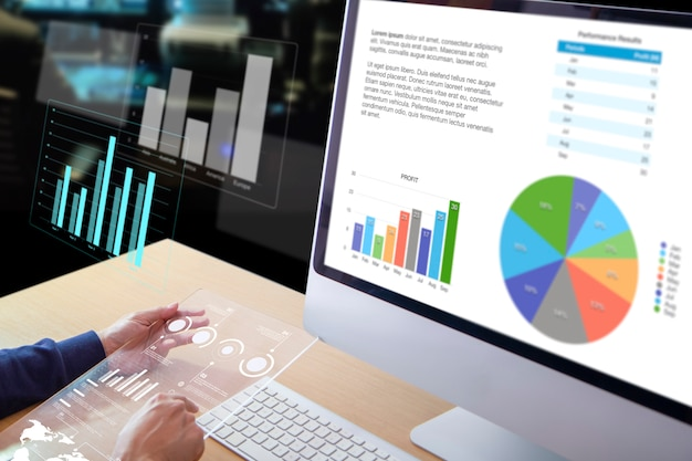 Homme d'affaires ou analyste devant un ordinateur de bureau tenant un écran de tablette transparent moderne examinant les performances de l'entreprise et un retour sur investissement, le retour sur investissement et l'analyse des risques d'investissement