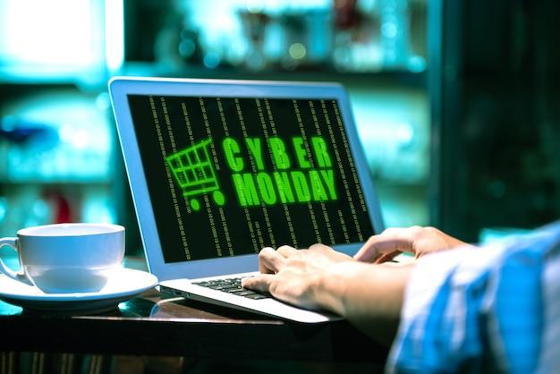 Homme d'affaires avec annonce cyber monday sur l'écran du portable sur le bureau
