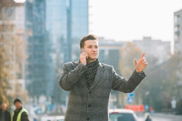 Homme d'affaires appelant un taxi