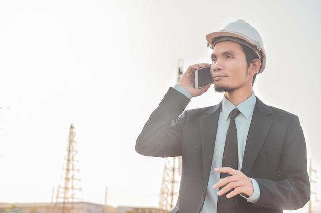 Homme affaires, appeler, téléphone portable, ou, mobile, téléphone intelligent, à, les, chantier