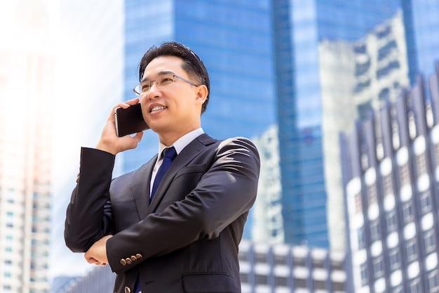Homme d'affaires appelle son client pour demander des affaires. un homme obtiens une réponse satisfaite
