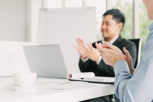 Homme d'affaires applaudissant après la réunion