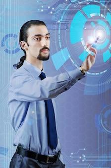 Homme d'affaires en appuyant sur les boutons virtuels dans le concept futuriste