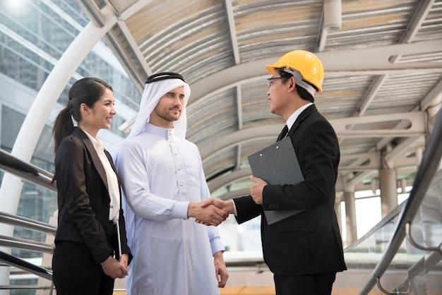 Homme d'affaires arabe avec ingénieur faisant un accord de poignée de main