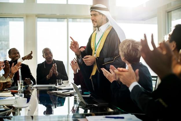 Un homme d'affaires arabe se présentant lors d'une réunion