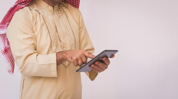 Homme d'affaires arabe utilisant un téléphone portable