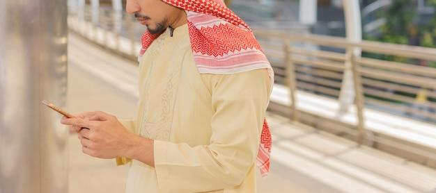 Homme d'affaires arabe utilise un smartphone