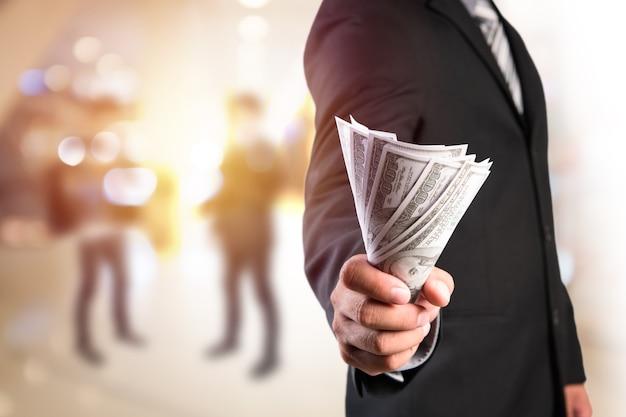 Homme d'affaires avec de l'argent en main.