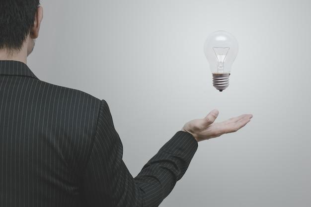 Homme d'affaires asiatique avec ampoule créatif et pensée concept marketing d'idée