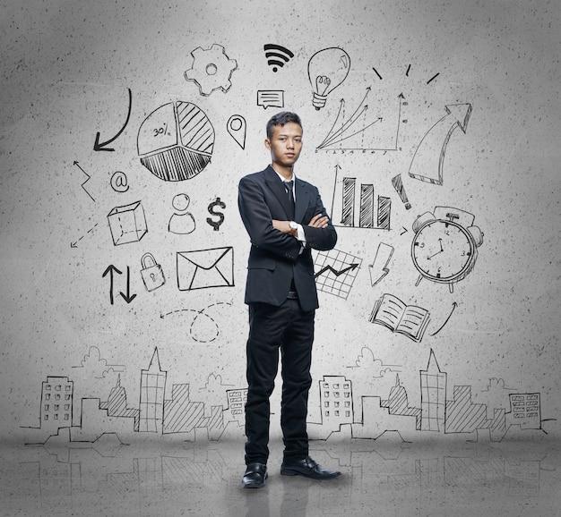 Homme d'affaires asiatique debout avec les bras croisés en arrière-plan concept business sketch