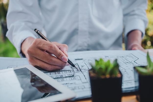 Homme d'affaires asiatique écrit travail de conception de dessin à la maison
