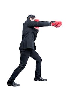 Homme d'affaires asiatique avec des gants de boxe rouges combats