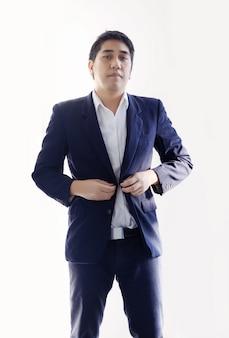 Homme d'affaires asiatique intelligent en uniforme de ton bleu