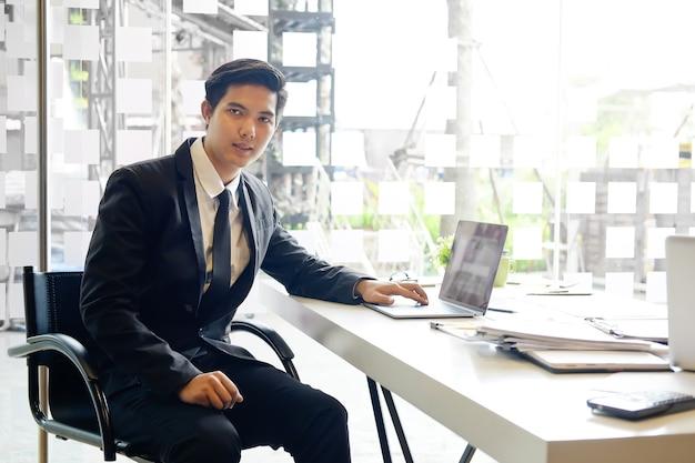 Homme d'affaires asiatique sur le lieu de travail dans le bureau.
