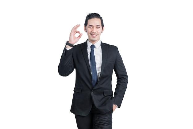 Homme d'affaires asiatique montrant un signe ok