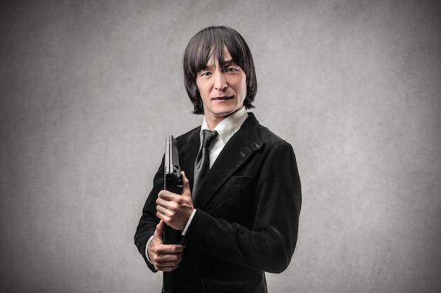 Homme d'affaires asiatique avec un ordinateur portable