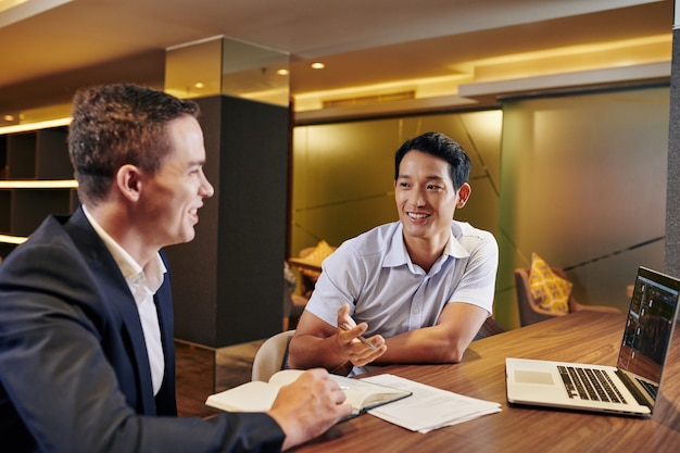 Homme d'affaires asiatique, parler à un collègue