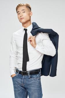 Homme d'affaires asiatique posant en costume