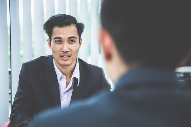 Un homme d'affaires asiatique présente sa candidature à un entretien d'embauche