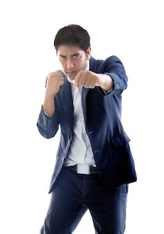 Homme d'affaires asiatique puch action figthing concept sur blanc