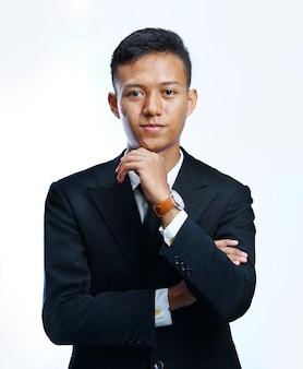 Homme d'affaires asiatique réfléchie avec la main sur le menton
