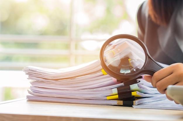 Homme d'affaires asiatique utiliser la numérisation de documents loupe