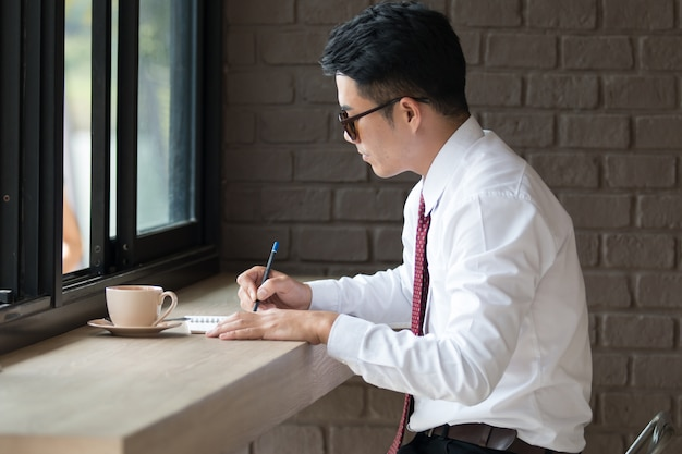 Homme d'affaires de l'asie pas fesh, sleepy et bâillements, fond de café