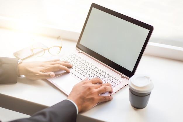 Homme d'affaires d'asie travaillant avec un ordinateur portable assis café-restaurant. concept de jeunes gens d'affaires