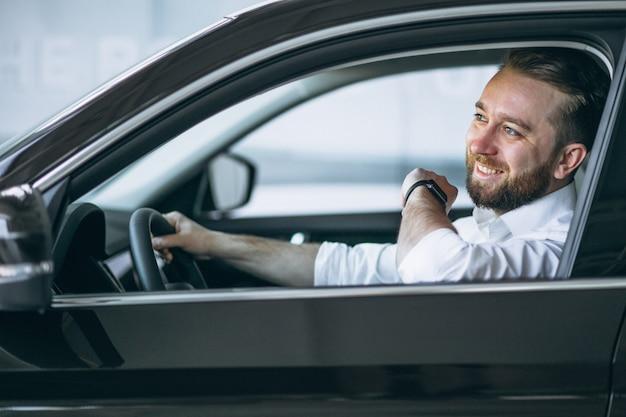 Homme d'affaires assis dans la voiture