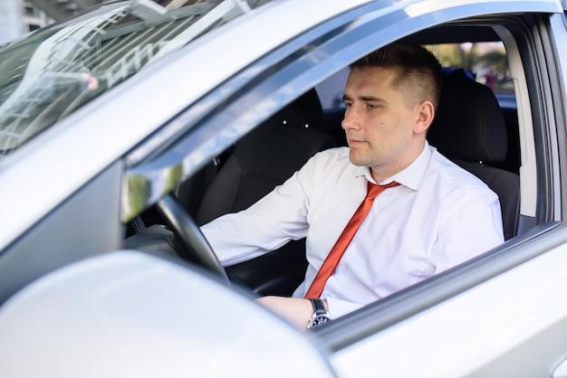 Homme d'affaires assis dans la voiture.