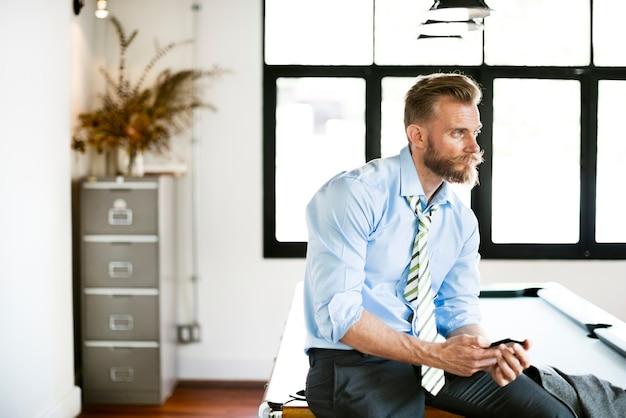 Homme d'affaires assis sur une table de billard