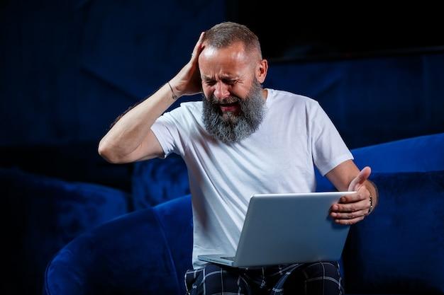 Homme d'affaires assis avec une tasse de café et fait un nouveau projet avec des grimaces sur son visage.