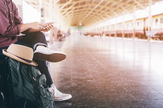 Homme affaires, attente, gare train, style de vie