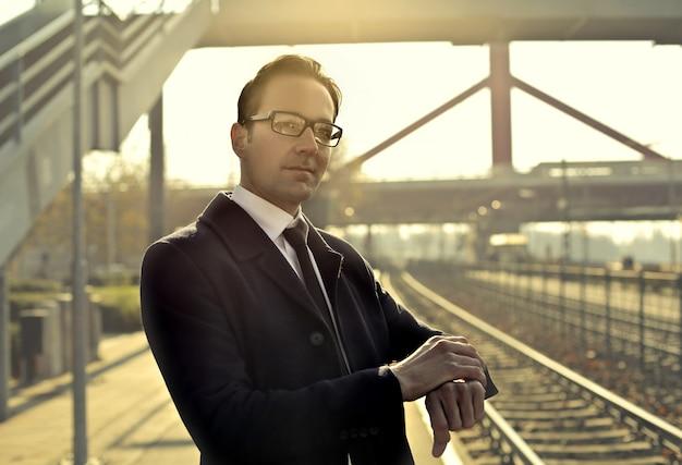 Homme affaires, attente, train