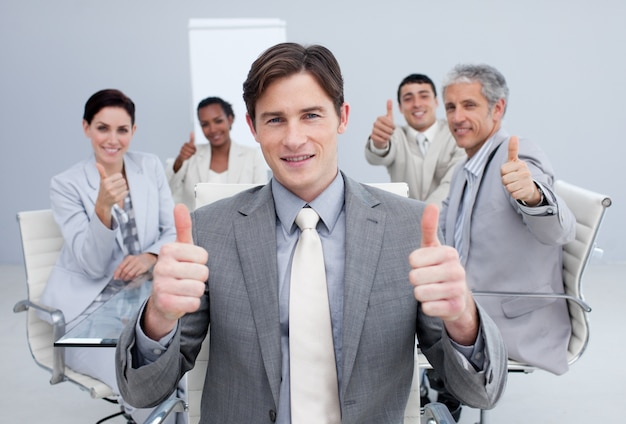 Homme d'affaires attrayant célébrant un succès avec son équipe