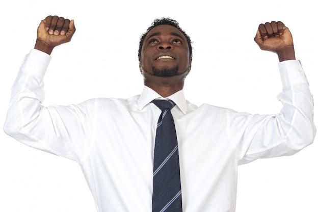 Homme d'affaires attrayant célébrant un triomphe d'un fond blanc
