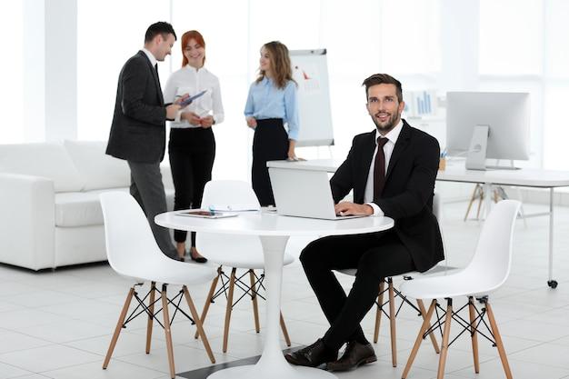 Homme d'affaires au bureau moderne
