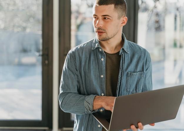 Homme d'affaires au bureau avec portrait d'ordinateur portable