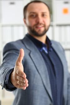 Homme d'affaires au bureau prêter main libre gros plan