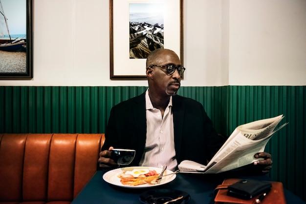 Homme d'affaires au restaurant pour un repas