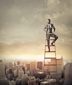 Homme d'affaires au sommet d'une échelle