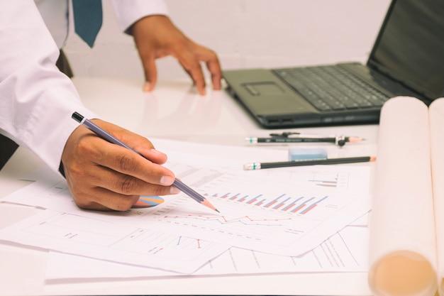 Homme d'affaires au travail analyse des affaires et croissance des bureaux