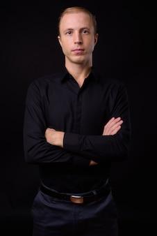Homme d & # 39; affaires aux cheveux blonds sur fond noir