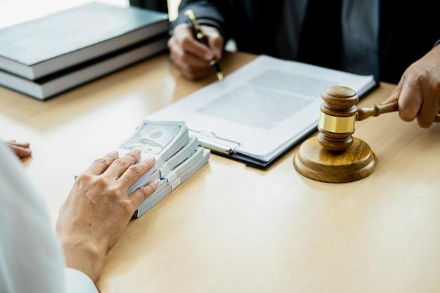 Homme d'affaires avocat en costume cache de l'argent. un pot-de-vin sous la forme de billets d'un dollar.