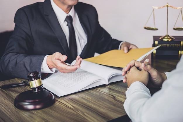 Un homme d'affaires et un avocat ou un juge consultent après une réunion d'équipe avec le client
